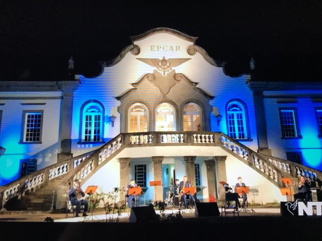 palco da apresentação musical na live sob a fachada do comando.